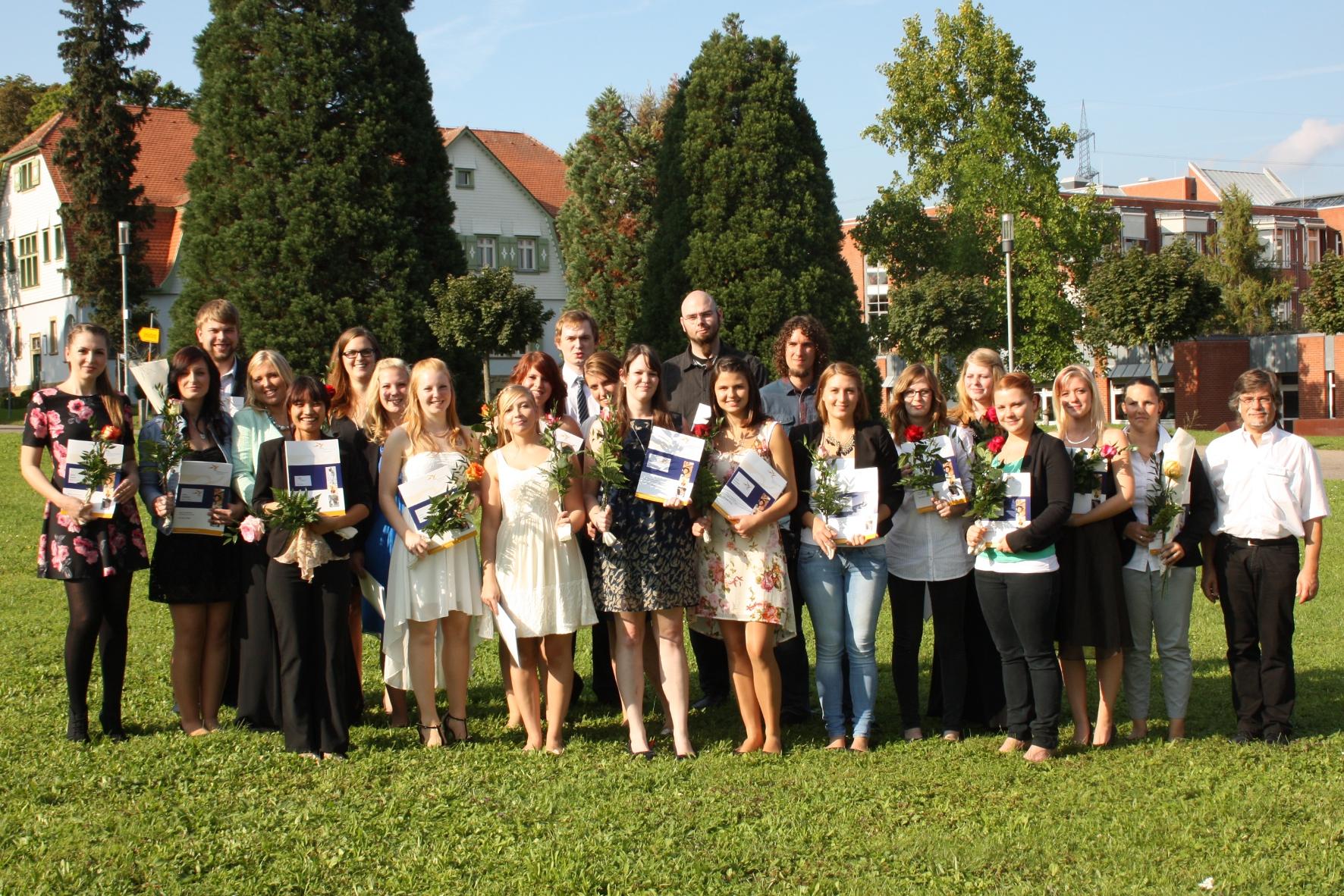 Große Freude über die bestandene Abschlussprüfung bei 22 BZG-Absolventinnen und -Absolventen und Kursleiter Bernhard Pfeifer (ganz rechts). (Foto: BZG)