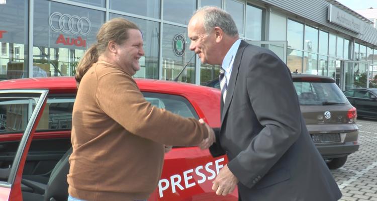 Günter Weiß und Peter Henzel bei der Schlüßelübergabe