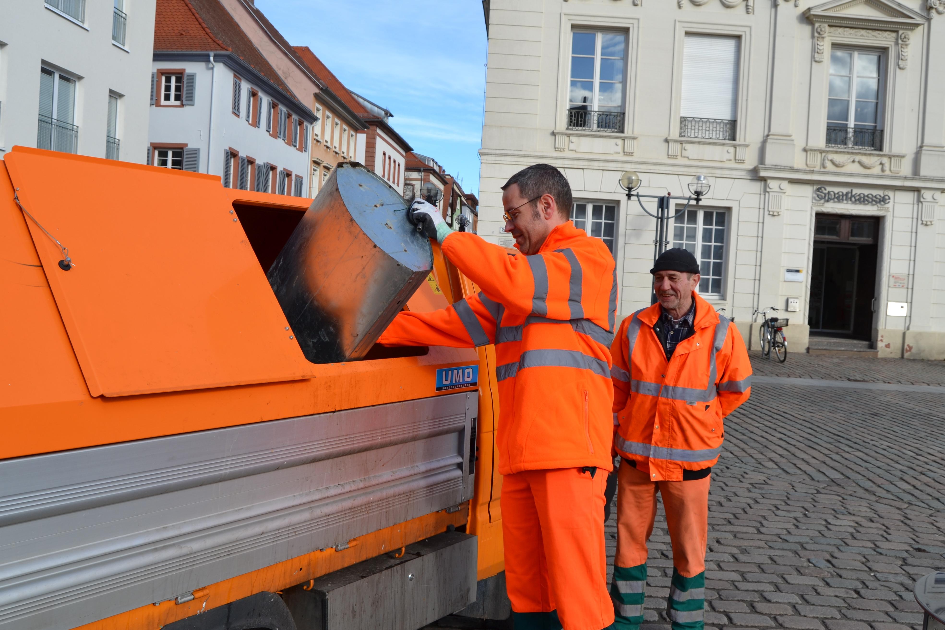 """""""Bürgermeister Dr. Ingenthron und Herr Karlheinz Barry beim tatkräftigen Leeren der Müllbehälter auf dem Rathausplatz"""""""