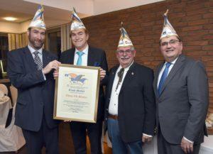 Ludwigshafen – Närrische Auszeichnung für Ernst Merkel: VR Bank Rhein-Neckar eG verleiht Ehrenbänkerkappe