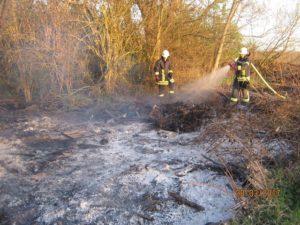 Rödersheim-Gronau – Flächenbrand neben Feldweg Richtung Niederkirchen