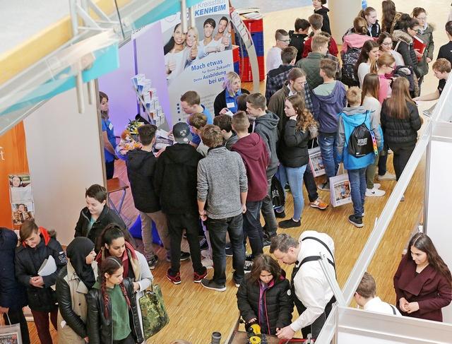 Bild (Quelle: Stadtverwaltung Hockenheim):  Auf dem letzten Ausbildungstag informierten sich viele Heranwachsende über die Angebote der Stadt Hockenheim.