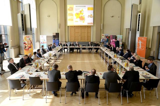 4sp.:Foto Buchholz// Kämmerer-Tagung. Oberbürgermeister Bernhard Matheis informiert über die Schuldenlage der Kommunen.