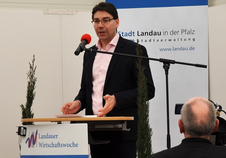 Die Landauer Wirtschaftswoche sei ebenso Schaufenster der Region wie Plattform überregionaler Angebote, betonte Oberbürgermeister Thomas Hirsch in seiner Eröffnungsrede in Halle 8 auf dem Messegelände.