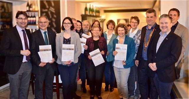 Elf soziale Einrichtungen und Organisationen aus der Region dürfen sich über Spenden aus dem Verlaufserlös des Landauer Adventskalenders 2016 freuen. Die Spendenübergabe fand im Beisein von Oberbürgermeister Thomas Hirsch (l.) in der Vinothek Casella statt. Quelle: Stadt Landau in der Pfalz