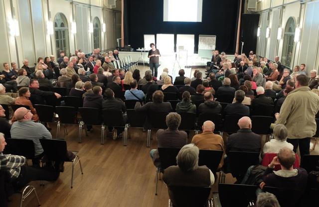 Ein gelungener Auftakt für ein vielversprechendes Bürgerbeteiligungsverfahren: Mehr als 150 interessierte Bürgerinnen und Bürger waren zur Auftaktveranstaltung ins Alte Kaufhaus gekommen, um sich zu informieren und um ihre Anregungen, Wünsche und Vorschläge einzubringen. Bildquelle: Stadt Landau in der Pfalz