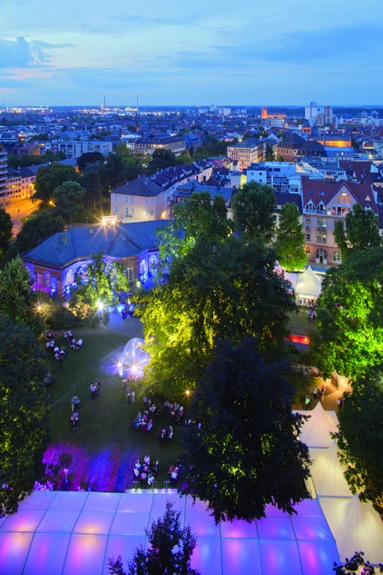 Der wunderschön illuminierte Heylshofpark als Theaterfoyer mit stilvollem Restaurant und die Heylshof-Lounge als exclusiver Pausenbereich Foto: Bernward Bertram