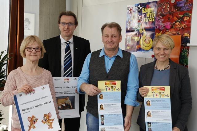 Berühmte Medien-Mäuse und mehr sind bei der Kinderkulturwoche dabei, die Bürgermeisterin Christiane Staab, Jürgen Vogel, Erster Beigeordneter Otto Steinmann und Beate Lang (v.r.n.l.) vorstellten (Foto: Pfeifer)