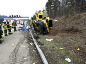 Wattenheim – Wattenheim, Kleintransporter kippt auf der A 6 um, eine Person schwerverletzt