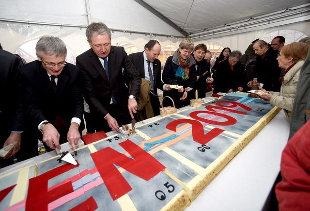 Bauherren verteilen den Plankenkuchen an Bürger - Foto Thomas Troester
