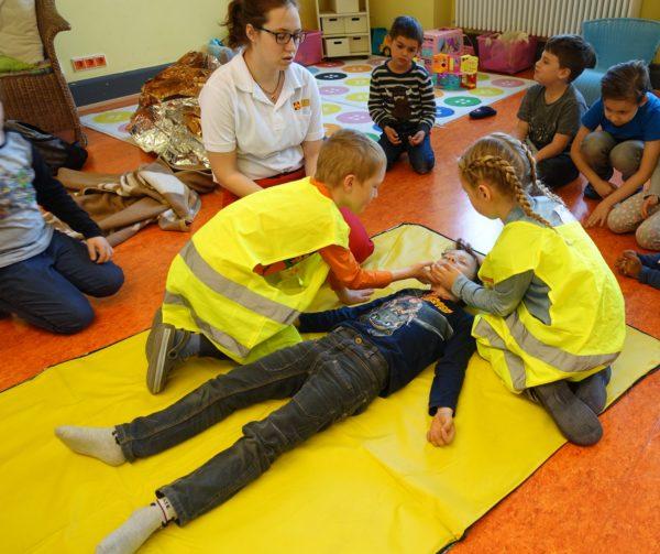 Mannheim – Früh übt sich! Heinrich-Vetter-Stiftung finanziert Erste-Hilfe Kurs für Kinder im Rahmen der Ferienbetreuung