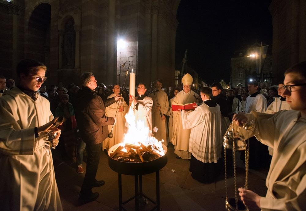 Speyer, Dom, Osternacht, die Osterkerze wird in der Domvorhalle entzündet
