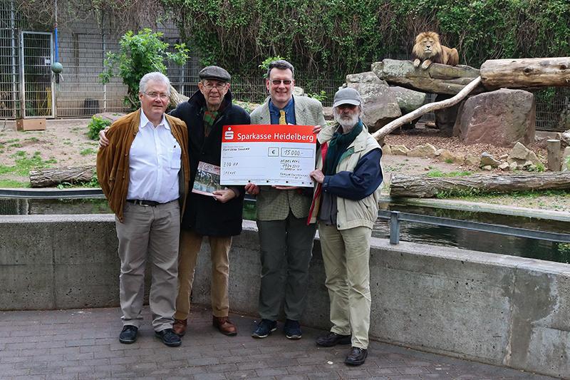 Foto Zoo Heidelberg: Gerhard Bartelmus, Dr. Dietrich Lorenz und Jürgen Pföhler (v.l.n.r.) überreichten gemeinsam den 15.000 Euro-Spendenscheck an Dr. Klaus Wünnemann (Mitte).