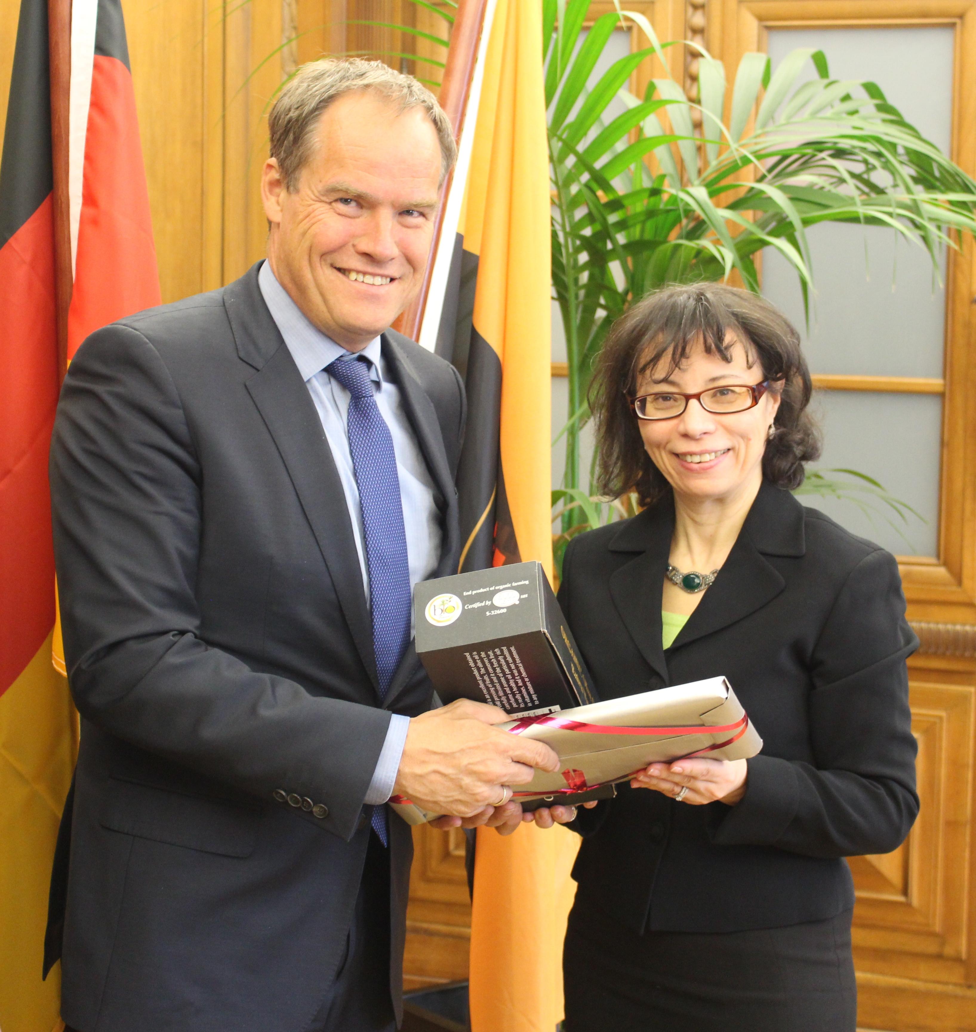 Heidelbergs Oberbürgermeister Prof. Dr. Eckart Würzner empfing Soumaya Zoraï Chaâbani, Konsulin der Republik Tunesien, im Rathaus. Foto: Stadt Heidelberg