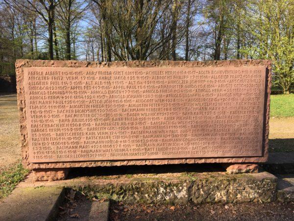 Heidelberg – Ehrenfriedhof: Gedenksteine und Sandstein-Kreuze gereinigt