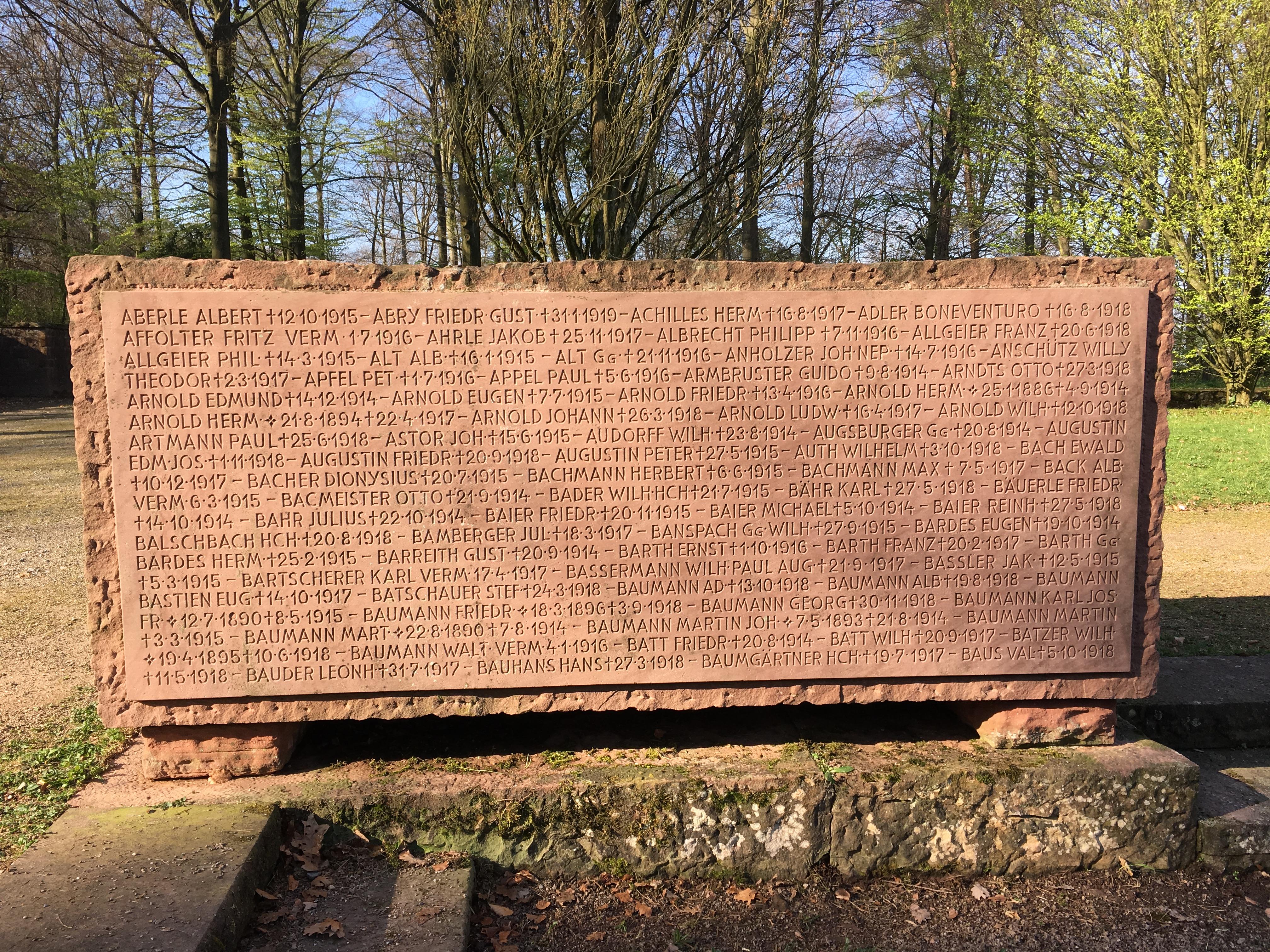 Die massiven Sandsteinblöcke mit den Namen der im Krieg Gefallenen und Verstorbenen auf dem Heidelberger Ehrenfriedhof konnten dank eines neuen Heißwasser-Hochdruckreinigers intensiv und doch sensibel gereinigt werden. Foto: Stadt Heidelberg