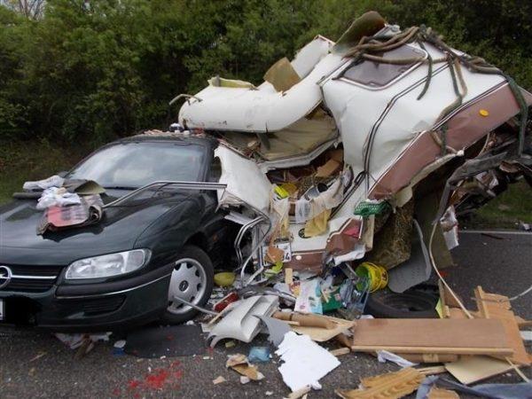 Landau – LKW kracht in Wohnwagengespann: B 10 mehrere Stunden voll gesperrt!