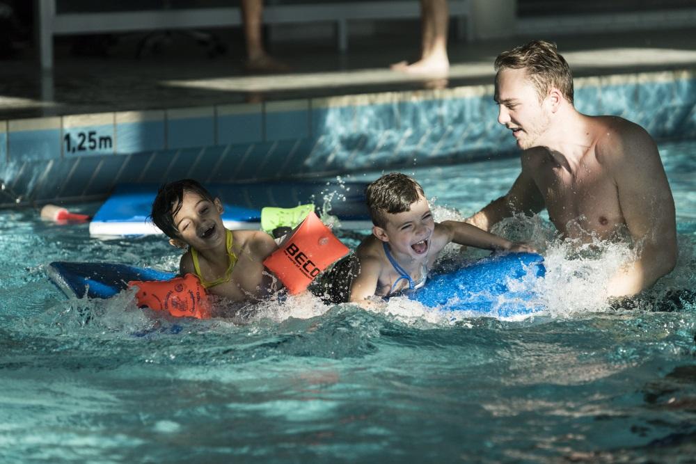 Flüchtlinge, Kinder, Schwimmen, Hilfe, Fahrdienst, Schwimmunterricht, Sponsoring