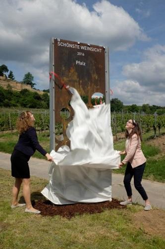 Wachenheim – Spektakulärer Burgblick – Schönste Weinsicht der Pfalz – Stahl-Stele unterhalb der Wachtenburg eröffnet