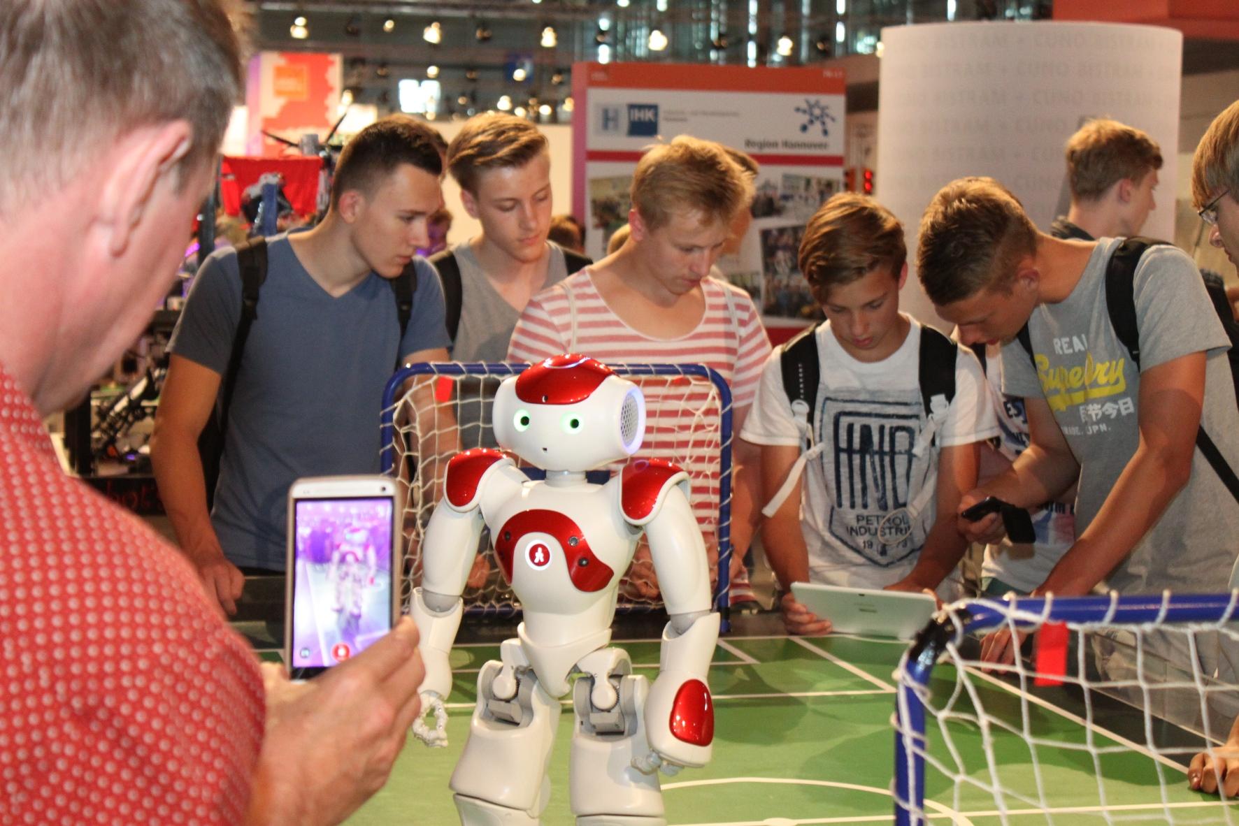 "(2) Schüler informieren sich über den Roboter ""NAO"" © IdeenExpo"