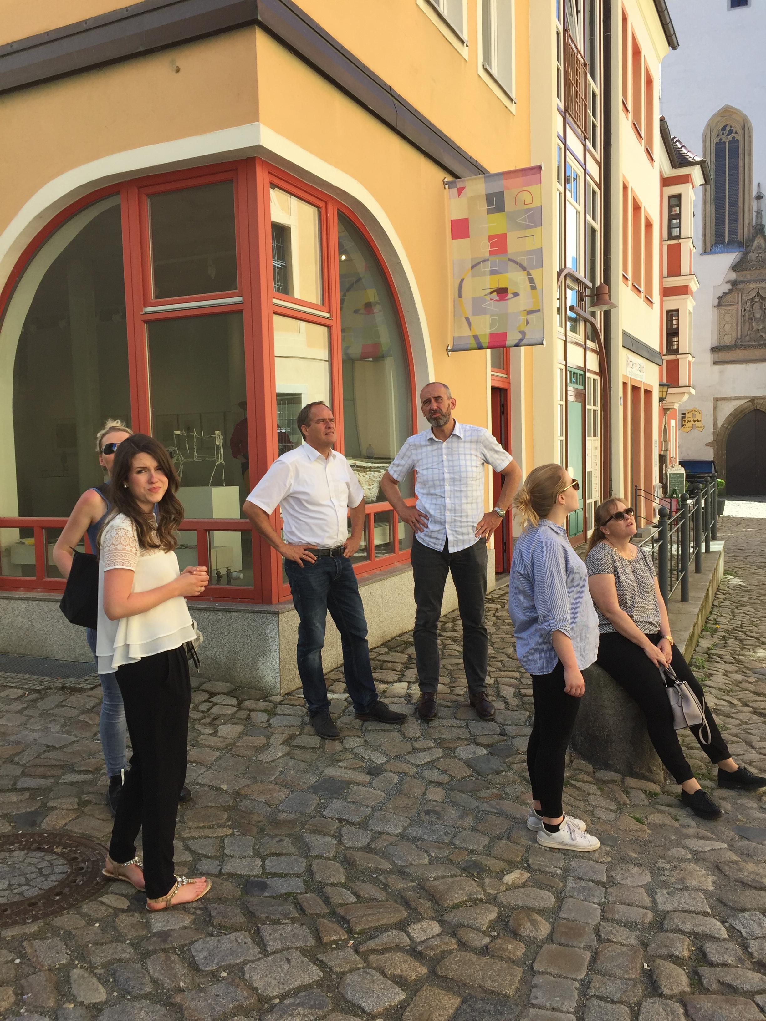 Oberbürgermeister Alexander Ahrens (3.v.r.) führte Oberbürgermeister Prof. Dr. Eckart Würzner (3.v.l.) und die Heidelberger Delegation durch die sanierte Altstadt in Bautzen. Stadt Heidelberg