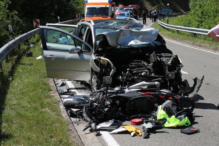 Lindenberg / Wachenheim – Tödlicher Verkehrsunfall: Motorradfahrer gerät in Gegenverkehr und kollidiert frontal mit PKW!