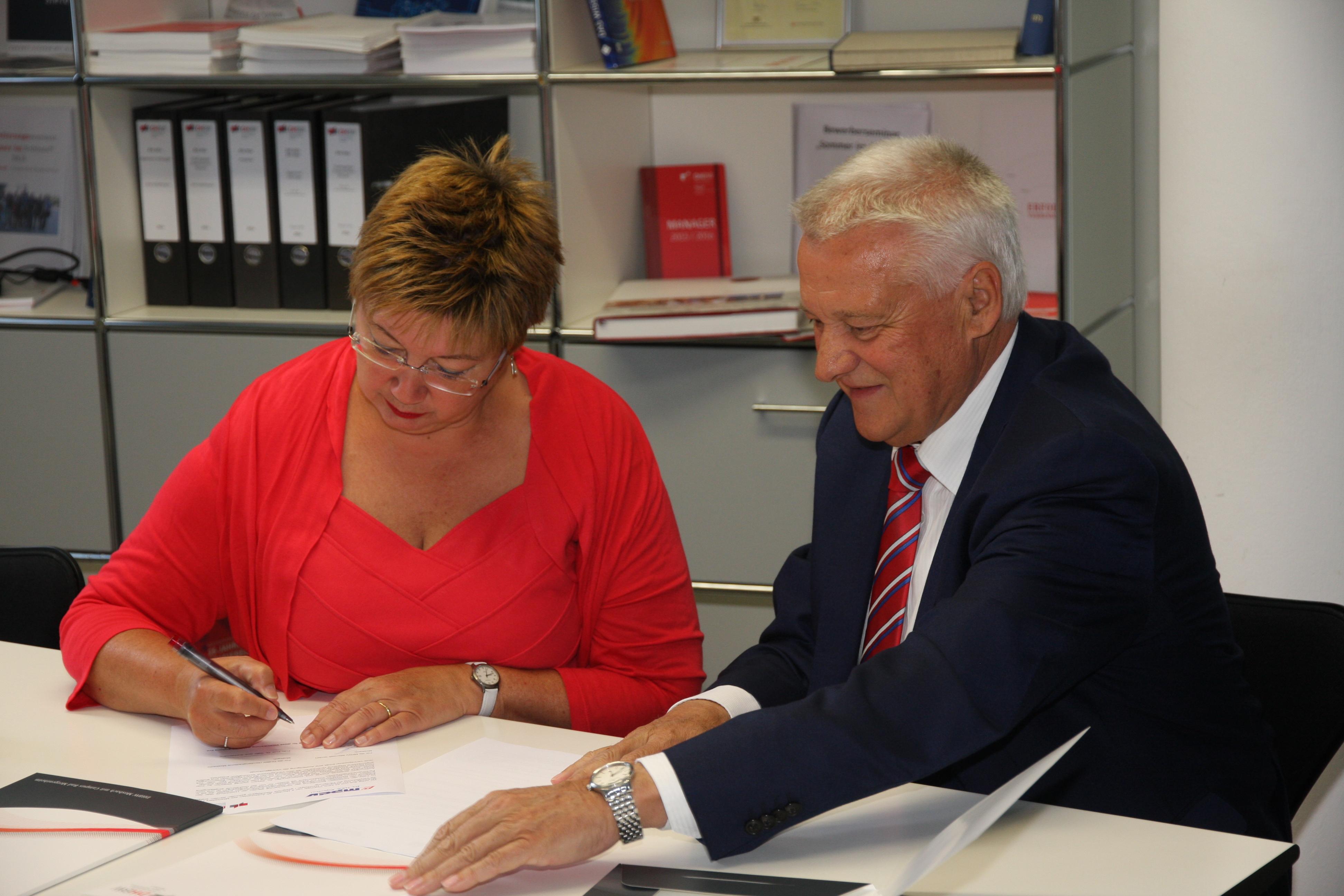 Geschäftsführer Jürgen Kletti und Rektorin Gabi Jeck-Schlottmann unterzeichnen den Vertrag