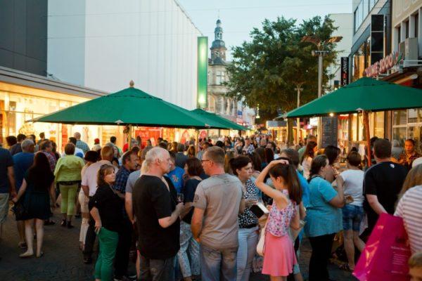 """Worms – Feuershow bei der Langen Einkaufsnacht – """"Lange Einkaufsnacht"""" am 1. Juli mit Mitmach-Aktionen, musikalischen Walk Acts und Feuershow Einkaufen bis 23.30 Uhr"""