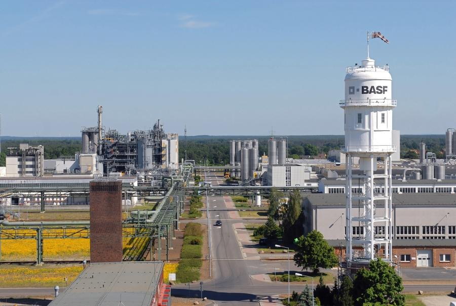 Die BASF hat am 21. Juni 2017 die erweiterte Compoundieranlage am Standort Schwarzheide in Betrieb genommen. Damit können bis zu 70.000 Jahrestonnen Ultramid® (PA) und Ultradur® (PBT) zusätzlich produziert werden. Das ist ein weiterer Schritt bei den Kapazitätserweiterungen, die BASF aufgrund der weltweit gestiegenen Nachfrage nach technischen Kunststoffen umsetzt. Mit der Erweiterung ist Schwarzheide der Standort mit der weltweit größten Compoundierkapazität der BASF für PA und PBT. Es entstehen rund 50 neue Arbeitsplätze.   On June 21, 2017 BASF put the expanded compounding plant at BASF's Schwarzheide site in Germany into operation. With the expansion of the plant up to 70,000 tons more Ultramid® (PA) and Ultradur® (PBT) can be produced each year. This is a further step in the capacity expansions with which BASF is responding to the rising global demand for engineering plastics. With the expansion, Schwarzheide is the site with the biggest PA and PBT compounding capacity within BASF globally. About 50 new jobs will be created.