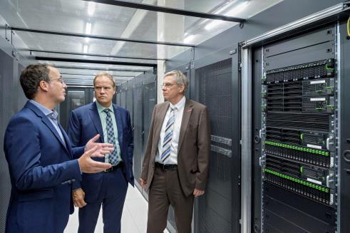 Geschäftsführer Matthias Blatz (links) führt Oberbürgermeister Prof. Dr. Eckart Würzner (Mitte) und den Leiter der Wirtschaftsförderung, Ulrich Jonas (rechts), durch das TÜViT-zertifzierte Rechenzentrum der Heidelberg iT. Foto: Philipp Rothe.