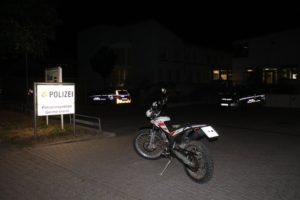 Römerberg /  Germersheim – Nachtrag: Gestohlenes Motorrad in der Einfahrt zum Parkplatz der Polizei Germersheim abgestellt – Krad stammt aus Diebstahl in Heiligenstein