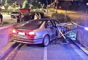 Weinheim – BMW schleudert nach Ausweichmanöver in Geländer einer Fußg