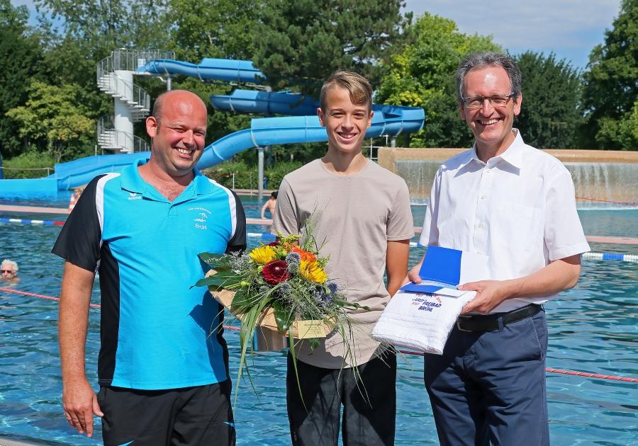Brühl, 50.000ster Badegast im Freibad,  v.l.: Patrick Berndt, Dominik Greulich und BM Dr. Ralf Göck, Bild: Lenhardt