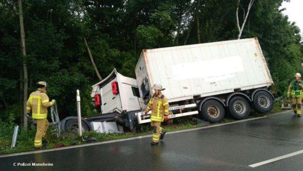 Mannheim – Erstmeldung: LKW kommt von Fahrbahn ab, Fahrer wird eingeklemmt