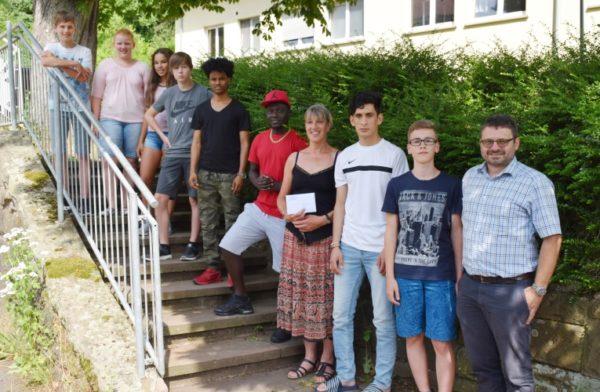 """Mosbach/Billigheim – Konfirmanden spenden für junge Flüchtlinge – Jugendliche der Kirchengemeinde Billigheim-Sulzbach überreichten 600 Euro an die Bewohner im """"Haus Elz"""" der Johannes-Diakonie"""