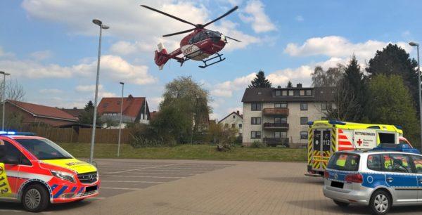 Bensheim – 79-Jährige PKW-Fahrerin übersieht Motorrad – Zwei Verletzte mit Rettungshubschrauber in Klinik