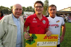 """Die Lotto-Elf sorgt für eine hohe Spende beim Benefizspiel """"Freiwurf für Fabi"""" in Dirmstein"""