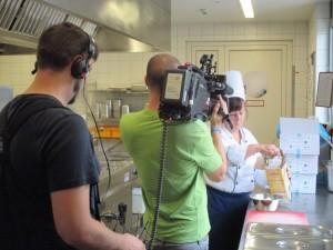 Das VOX TV-Team filmt die Küchenleitung bei Vitanas Am Rheinufer. © Vitanas