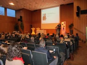 Hochschulpräsident Prof. Dr. Peter Mudra bei der Begrüßung der rund 250 Gäste