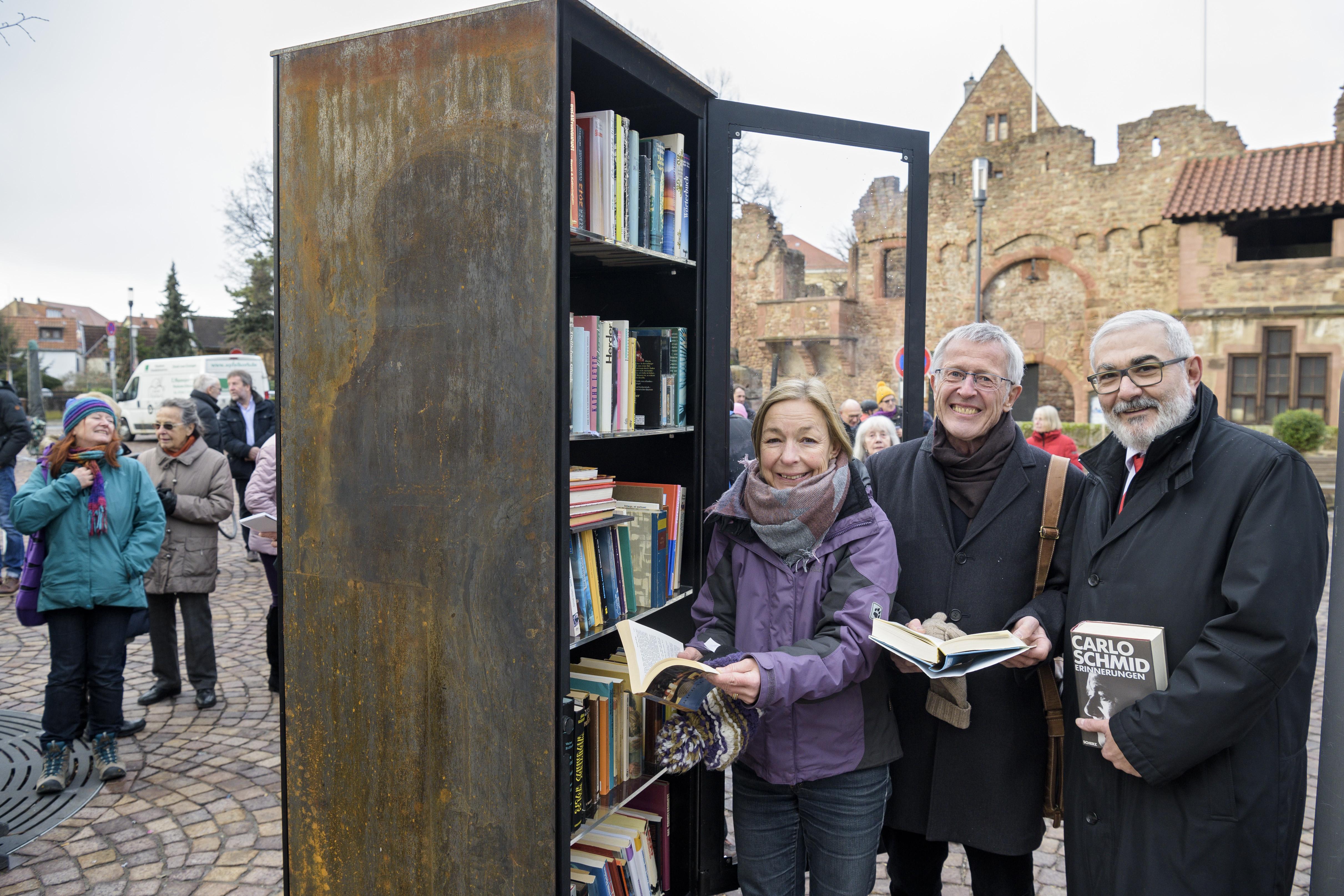 Handschuhsheimer nutzen Bücherregal vor der Tiefburg