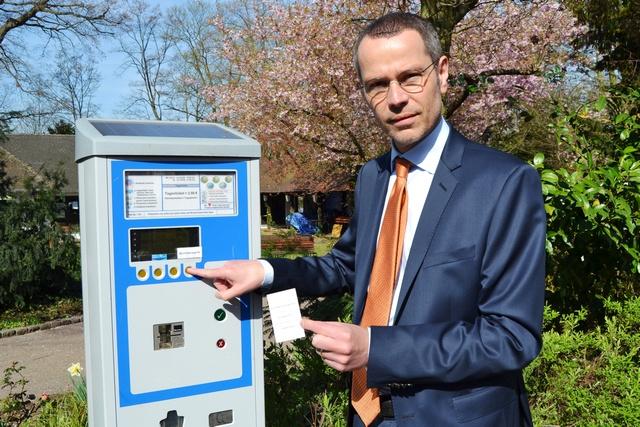 """Bürgermeister Dr. Maximilian Ingenthron zieht den ersten """"Schillerparkschein"""". Der Schein berechtigt künftig zur Nutzung des Schillerparks. Ein Tagesticket kostet 2,50 Euro. Bildquelle: Stadt Landau in der Pfalz"""