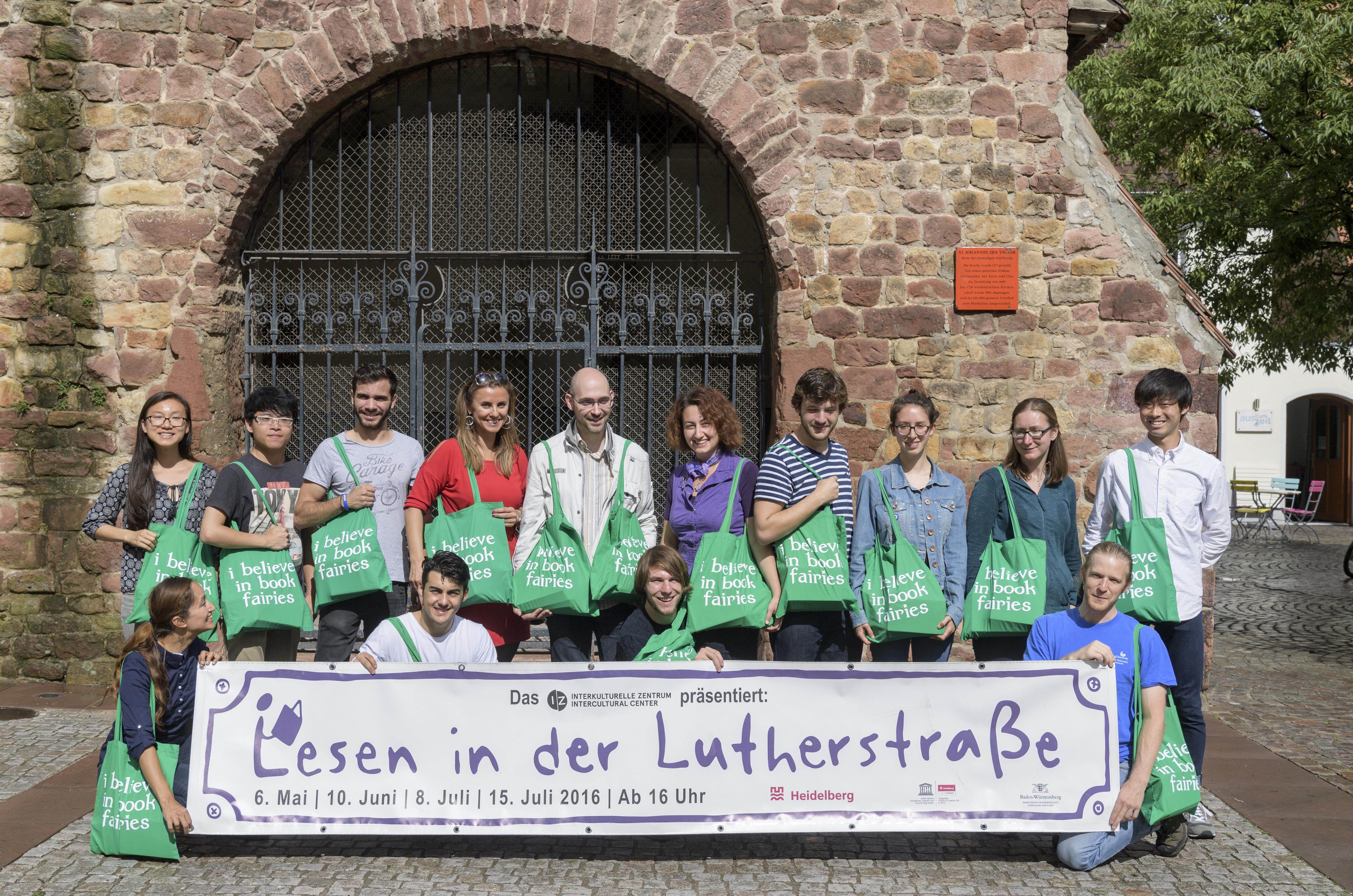 """Das internationale Buchprojekt """"Book Fairies"""" unterstützt die Aktion """"Lesen in der Lutherstraße"""" des Interkulturellen Zentrums der Stadt Heidelberg. Foto: Philipp Rothe"""