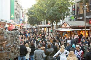 Worms – Mantel-Tausch für einen guten Zweck Gutschein-Aktion – Mantel-Tauschaktion am verkaufsoffenen Mantelsonntag – Auto-Ausstellung – Stadtführungen