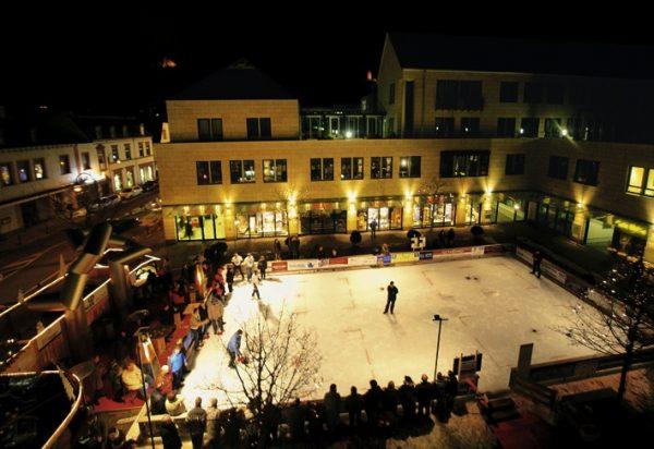 Weinheim – Eiszeit unter den Burgen – Die Weinheimer City-Eisbahn im Atrium ist von 2. Dezember bis 20. Februar geöffnet