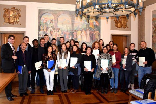 Landau – Feierstunde im Rathaus – 27 Landauerinnen und Landauer aus 15 verschiedenen Nationen erhalten deutsche Staatsbürgerschaft