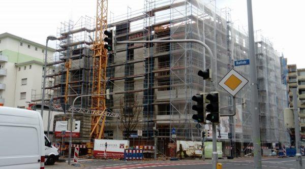 Ludwigshafen – Erstmeldung: Kran droht umzustürzen – Mundenheimer Straße teilweise gesperrt (Video)