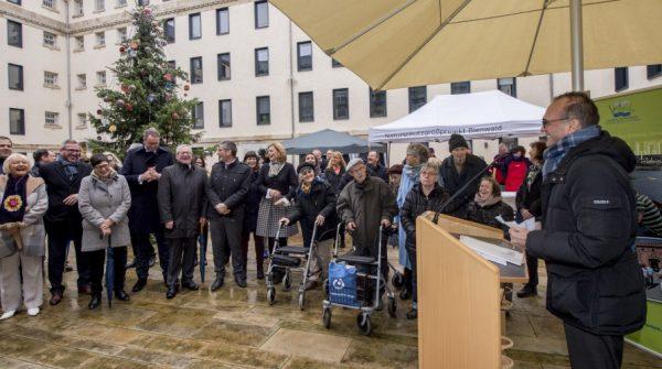 Germersheim – Landkreis Germersheim läutet in Landtagsverwaltung – Weihnachten ein Übergabe eines Weihnachtsbaums aus Steinweiler