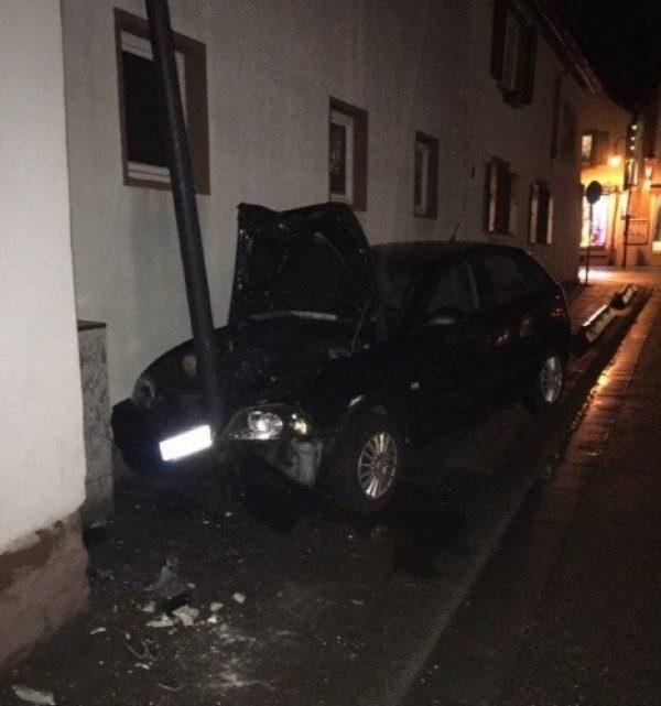 Herxheim – Fahranfängerin fährt gegen Straßenlaterne