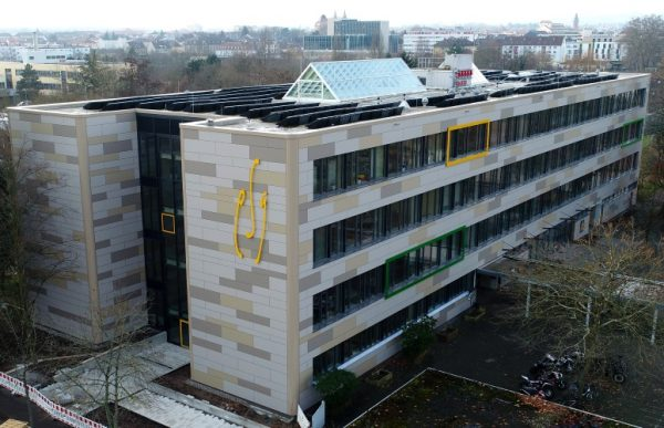 Landau – Gut angelegte Fördermittel – Fassade des Landauer Eduard-Spranger-Gymnasiums nach Abschluss der Modernisierungsarbeiten auf dem neuesten Stand