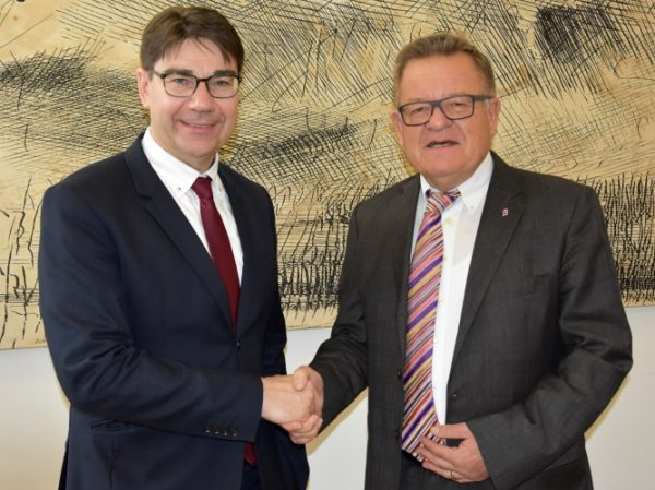 Landau – Neuer Präsident des Oberrheinrats – Oberbürgermeister Thomas Hirsch beglückwünscht Landauer Theo Kautzmann